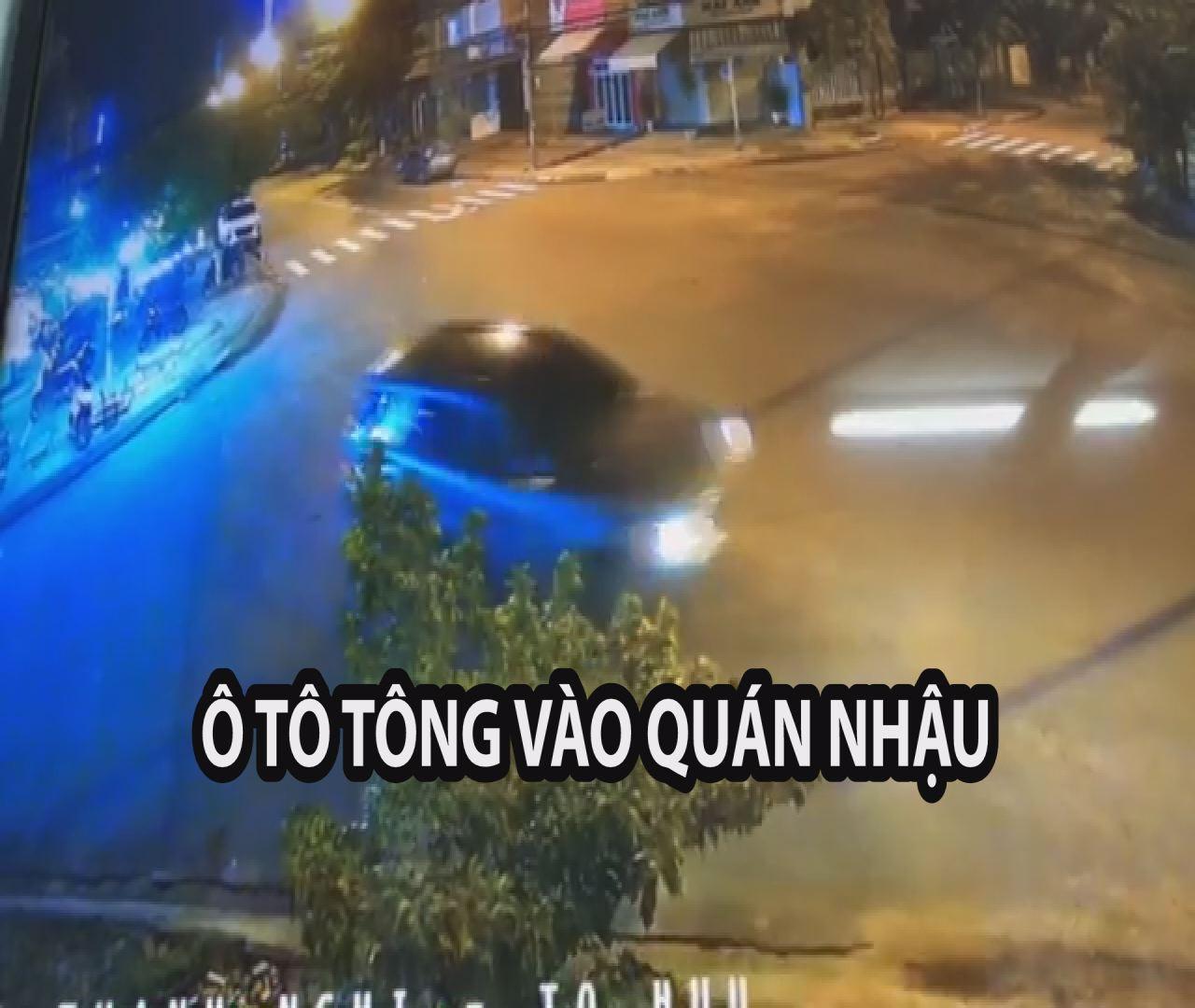 Ô tô 7 chỗ chạy vòng vòng ngã tư rồi tông vào quán nhậu, nhiều người tháo chạy