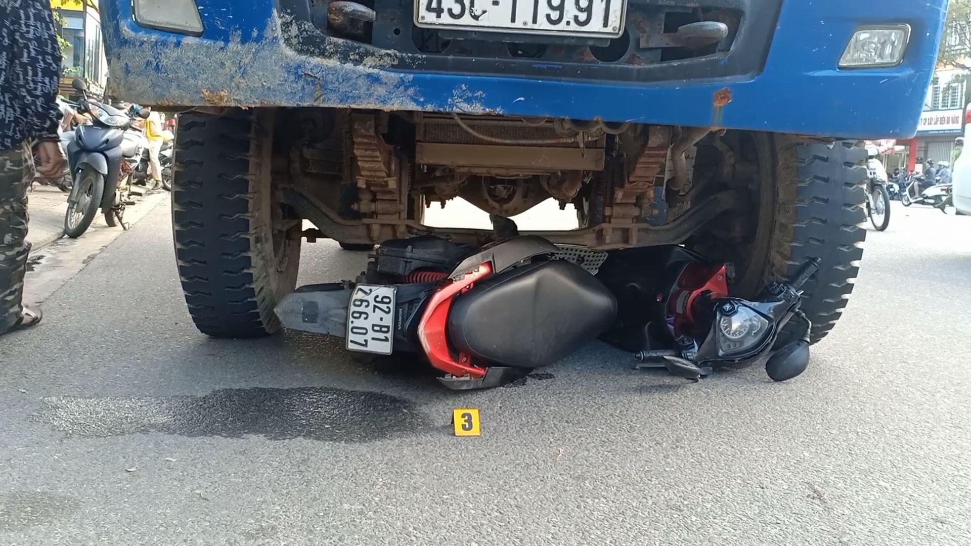 Bàng hoàng cô gái bị xe tải tông chết khi đang dừng đèn đỏ | Thời sự |  Media | Thanh Niên