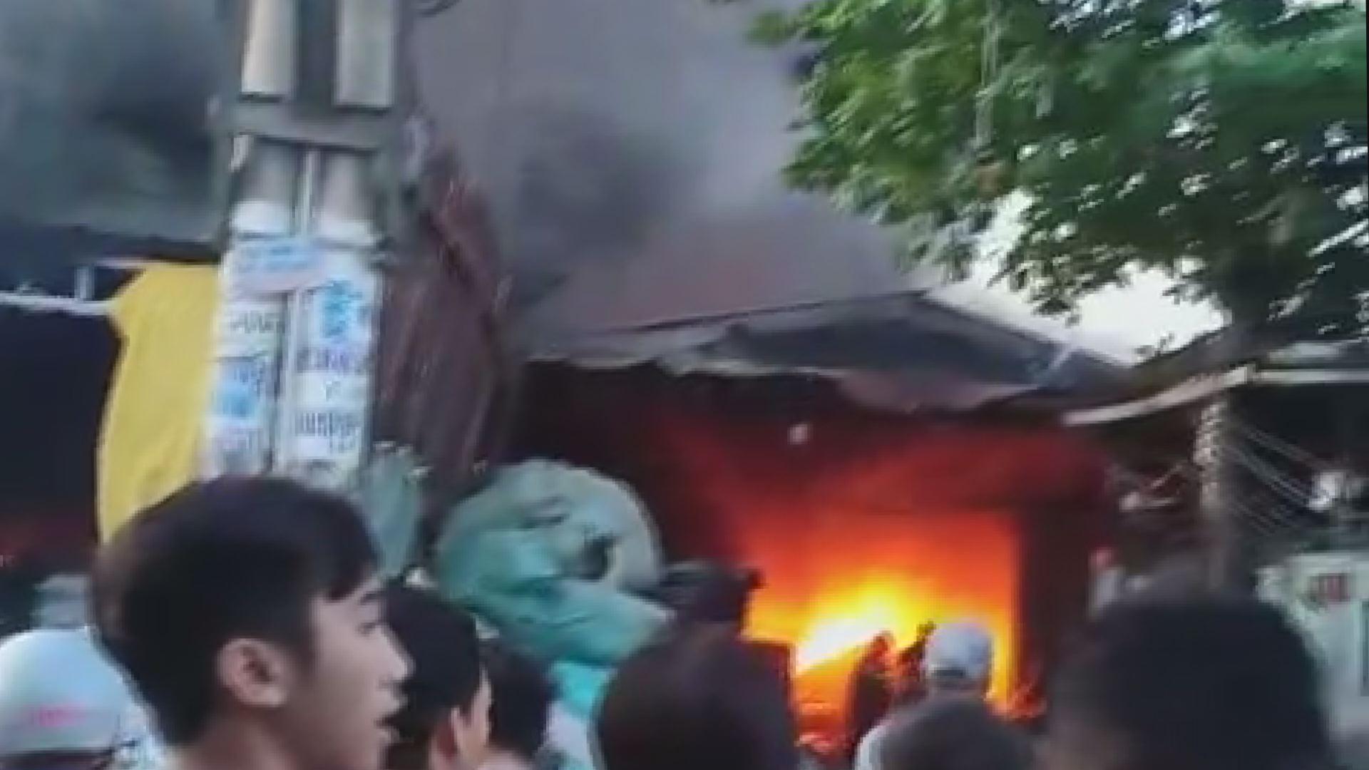 Hai xưởng nhựa vùng ven Sài Gòn cháy dữ dội lúc sáng sớm