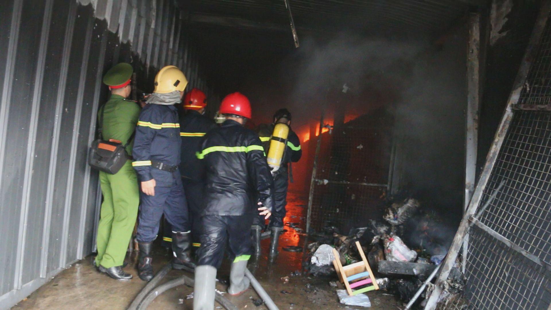 Kho hàng gần sân bay cháy lớn lúc sáng sớm, cả khu dân cư náo loạn