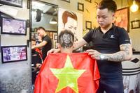 CĐV cắt tóc hình HLV Park Hang Seo cổ vũ đội tuyển Việt Nam