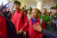 Biển người đổ ra sân bay đón đội tuyển Việt Nam lúc nửa đêm