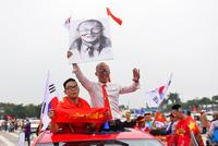 CĐV đốt pháo sáng, diễu hành trước trận Việt Nam-Malaysia tại Mỹ Đình