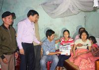 Trao quà bạn đọc cho 3 mẹ con chị Bùi Thị Phương