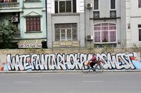 Vẽ graffiti kín tuyến đường tiền tỷ mới mở rộng ở Hà Nội