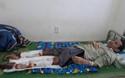 Chàng trai nghèo đau đớn với đôi chân hoại tử