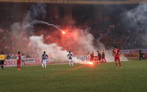 VPF nói gì về nạn pháo sáng và sai sót trọng tài ở V-League?