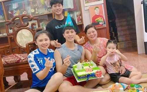 Đình Trọng mừng sinh nhật sớm bên gia đình