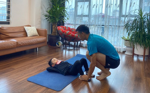 Bố con Văn Quyết tập luyện ở nhà như thế nào?