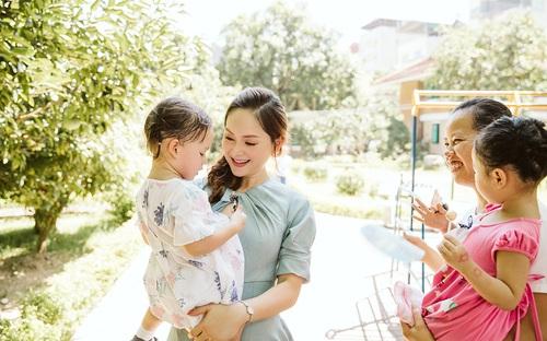 Lan Phương xúc động khi cùng con gái đến thăm trẻ mồ côi tại làng SOS